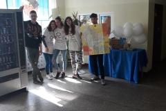 Dziewczyny trzymają mapę powiatu bydgoskiego